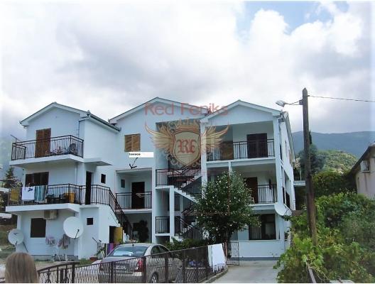 Große Wohnung ist zum Verkauf in Zelenika, im Herzen der Bucht von Herceg Novi, 5 Minuten zu Fuß vom Strand entfernt.